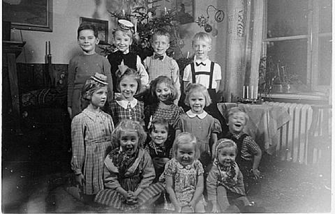 Brita Holvid Fastlund - Jag sitter i främsta raden till vänster, och min bror bär den lilla fåniga, vita hatten i bakre ledet