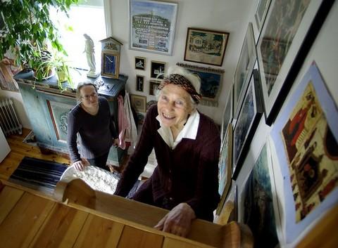 Kerstin Bränngård på väg upp mot sängloftet i den lilla stugan, som ligger bakom dottern Agneta B Linds gamla skolhus i Gässemåla vid Ryd