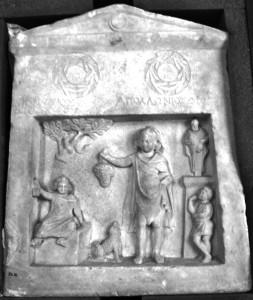 Gravsten rest över två bröder. Den vänstra pojken sitter på ett gravmonument. Från Smyrna.