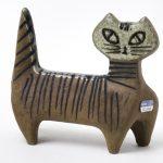 """NMGu 38873, Gustavsberg, Lisa Larson, Skulptur/figurin, """"Lilla Zoo, Katt"""", Formg. 1955, Tillv. 1956 - 1978, Stengods, reliefdekor, målad och glaserad."""